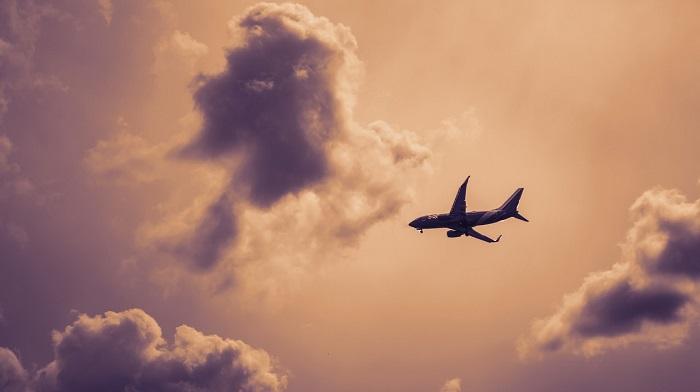 تفسير رؤية الطائرات في السماء في المنام للعزباء والمتزوجة والحامل زيادة