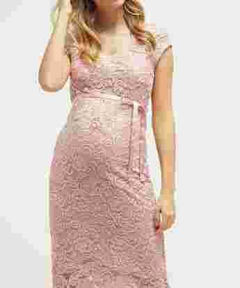 تفسير رؤية الفستان الوردي في المنام للعزباء والمتزوجة والحامل والرجل زيادة