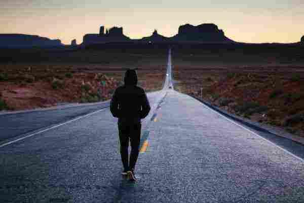 المشي في الطريق في المنام للفتاة العزباء والمرأة المتزوجة والحامل زيادة