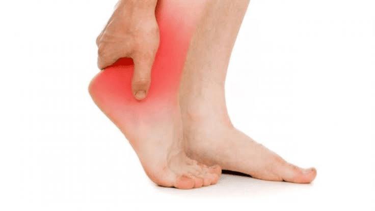 علاج تورم القدم بعد السقوط بعدة طرق مختلفة وكيفية التعامل معها زيادة