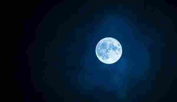 تفسير رؤية القمر في المنام للعزباء والمتزوجة والحامل والرجل زيادة