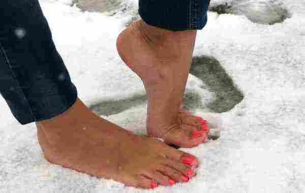 تفسير حلم المشي حافي القدمين للعزباء أو متزوجة في المنام