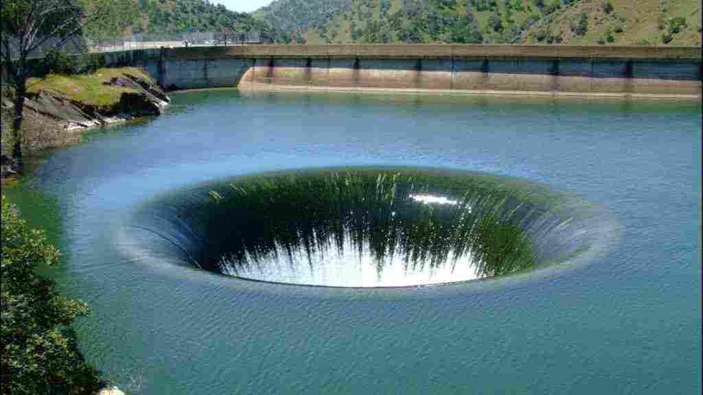 تفسير حلم حفر الأرض وخروج الماء