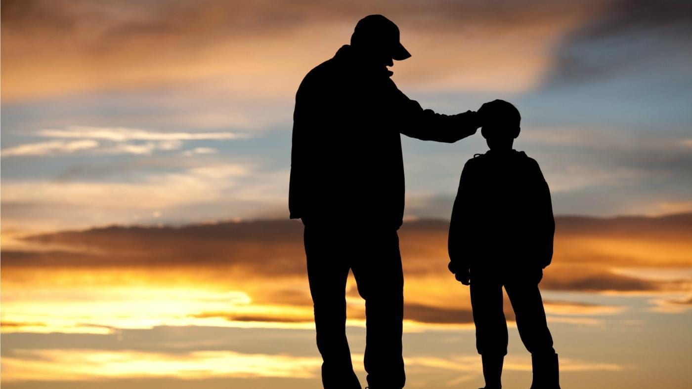 رؤية الأب الميت في المنام وهو حي عند ابن سيرين وللمرأة العزباء والمتزوجة والحامل والرجل زيادة