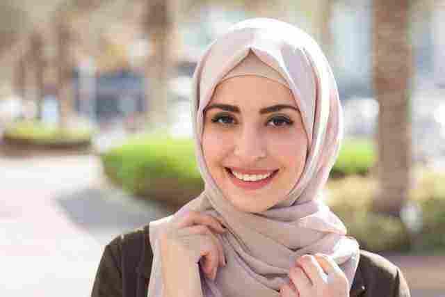 رؤية الحجاب في المنام للعزباء والحامل والمتزوجة والرجل زيادة