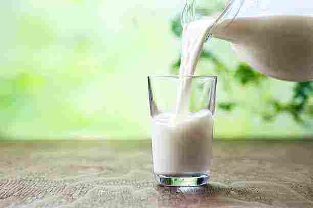 تفسير رؤية الحليب في المنام وشربه ساخن ا أو بارد ا للعزباء والمتزوجة والحامل والرجل زيادة