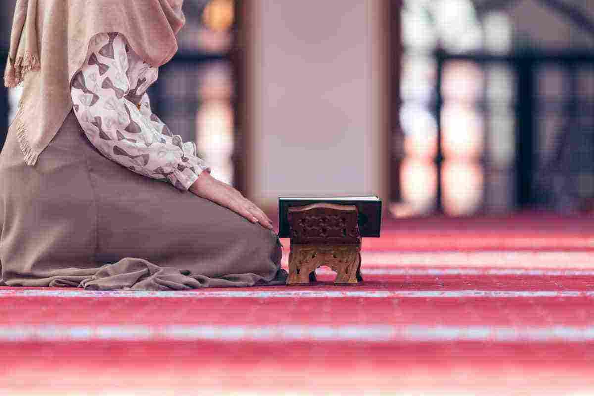 هل يجوز تقبيل الزوجة من الفم في رمضان وما هى المبطلات بين الزوجين زيادة