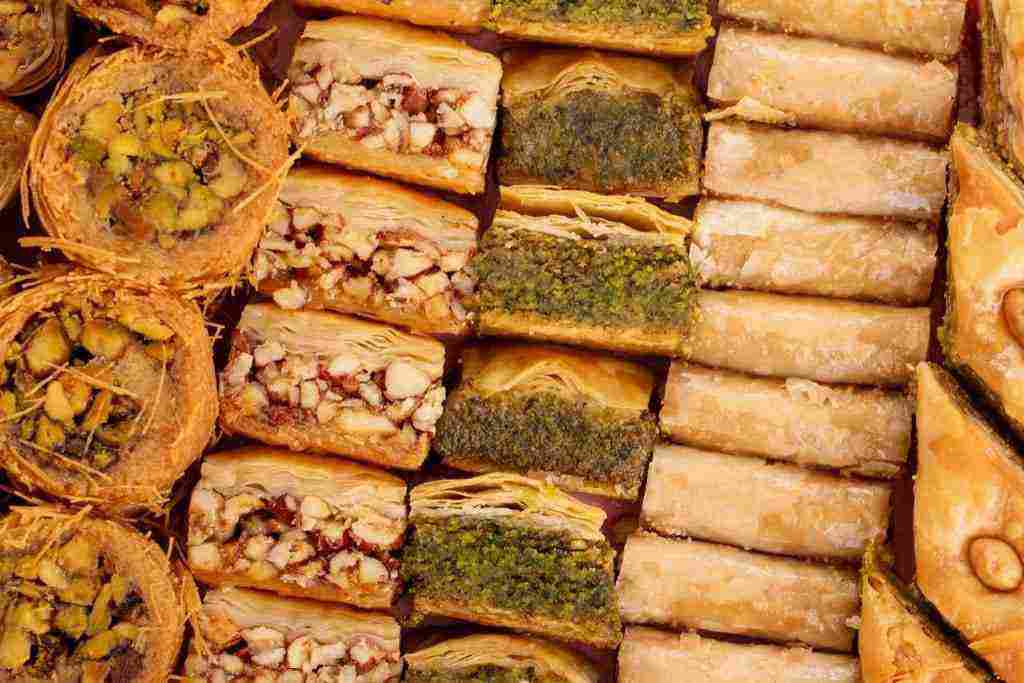 تفسير حلم شراء الحلويات وأكلها وبيعها وتوزيع الحلوى على الأقارب زيادة