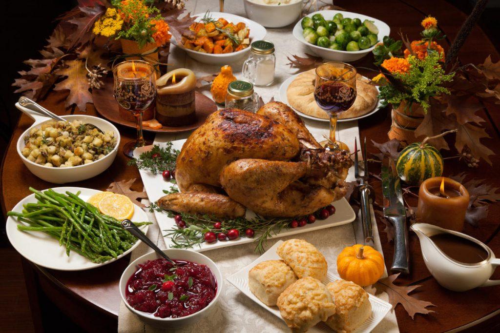مائدة الطعام في المنام وتفسير مشاركة مائدة الطعام في المنام مع متوفى زيادة