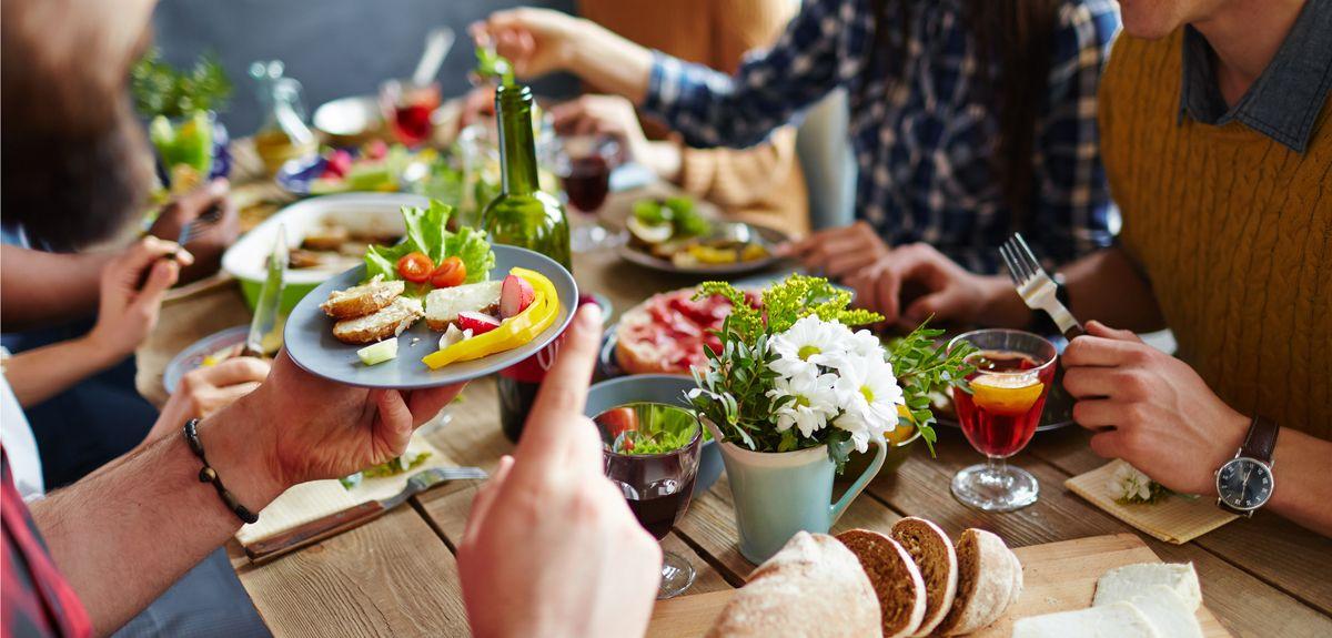 تفسير حلم الأكل مع شخص تحبه أو شخص غريب وتفسير حلم شخص يأكل في بيتنا زيادة