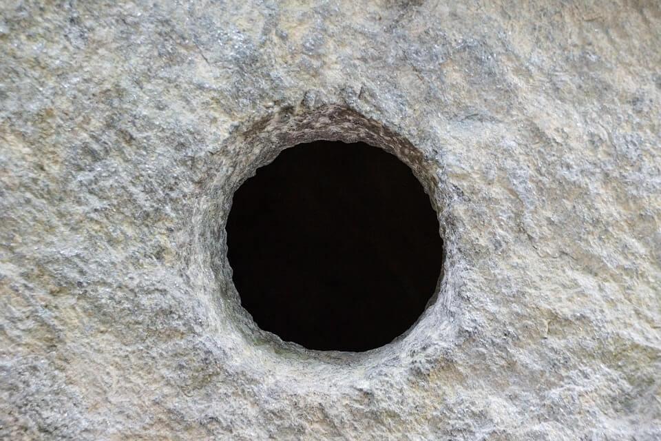 تفسير حلم سقوط طفل في حفرة في المنام.