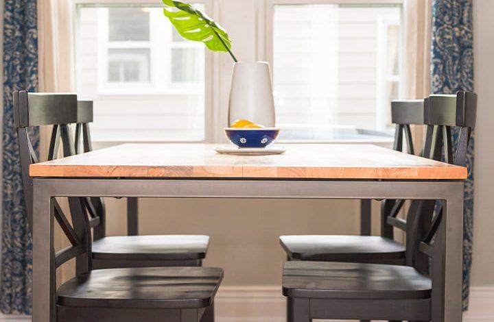 تفسير حلم الجلوس على طاولة مع شخص في المنام